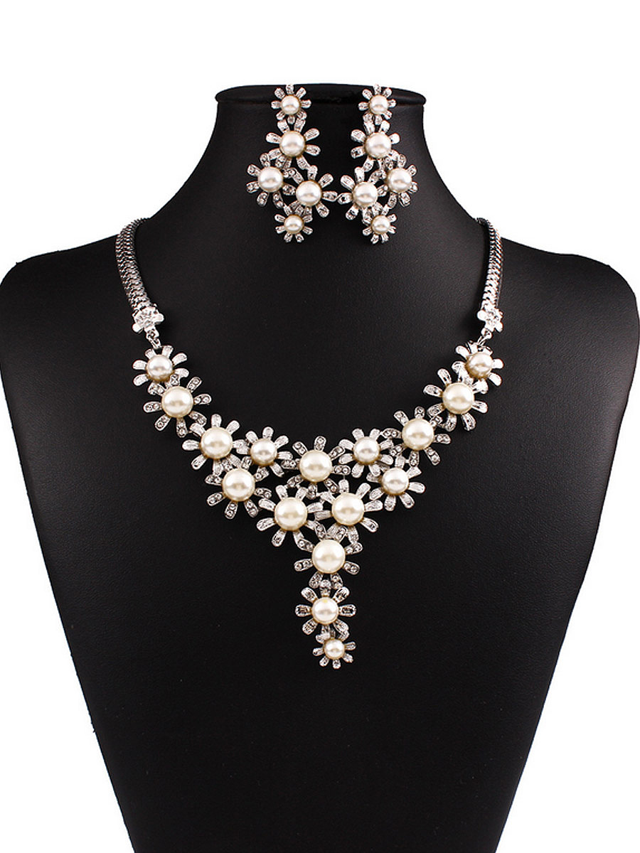 Luxurious Flower Shaped Pearl Necklace And Earring